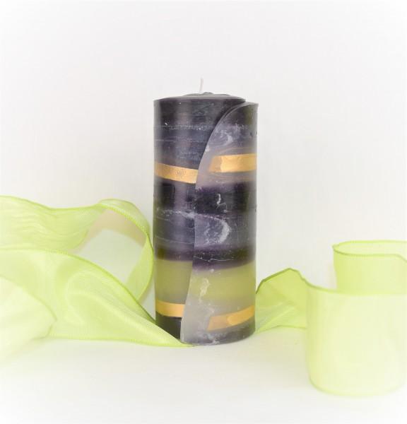 schwarz-graue Streifenkerze mit hellgrünem Band