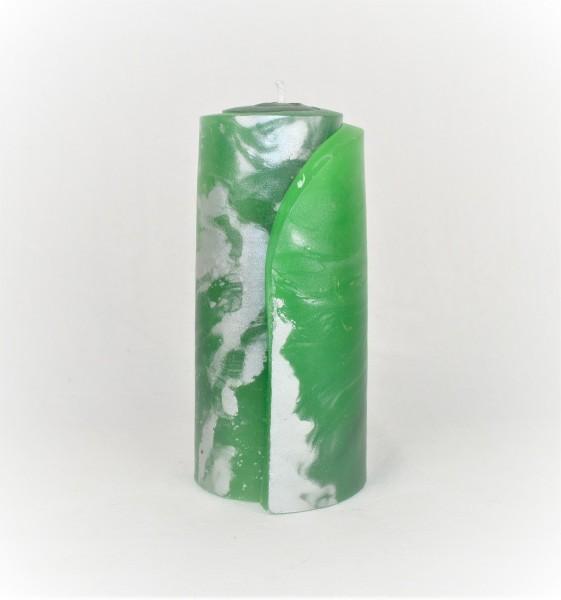 grüne Weihnachtskerze geschmückt mit silberpigmenten